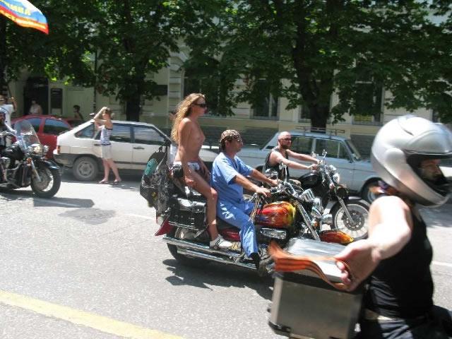 Участники парада совместили православную символику и полуобнаженные