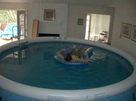 Pool im Wohnzimmer - Bilder auf bildschirmarbeiter.com