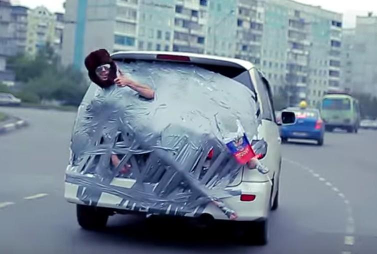 Ruhig auf autofahrt mädchen aus
